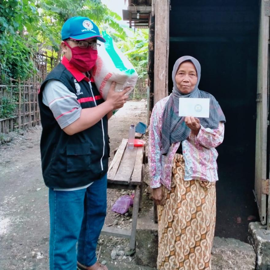 Lansia Dhuafa Kembali Terima Santunan dari UPZ Semen Indonesia Tahap 3